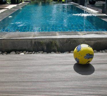 deck outdoor pinggir kolam