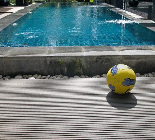decking-komposit-pinggir-kolam